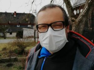Ich mit Maske vorm Haus