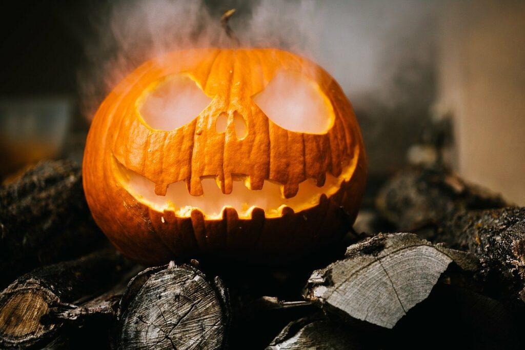 Ein Halloween Kürbis auf einem Holzstapel