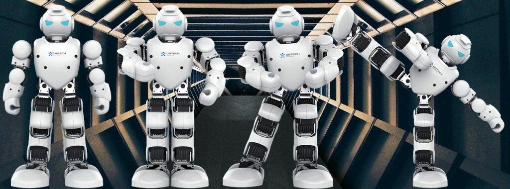 4 Kampfroboter steigen aus dem Raumschiff