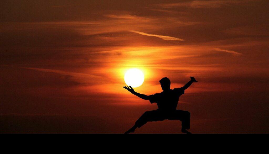Kung Fu Meister beim Training vorm Sonnenuntergang