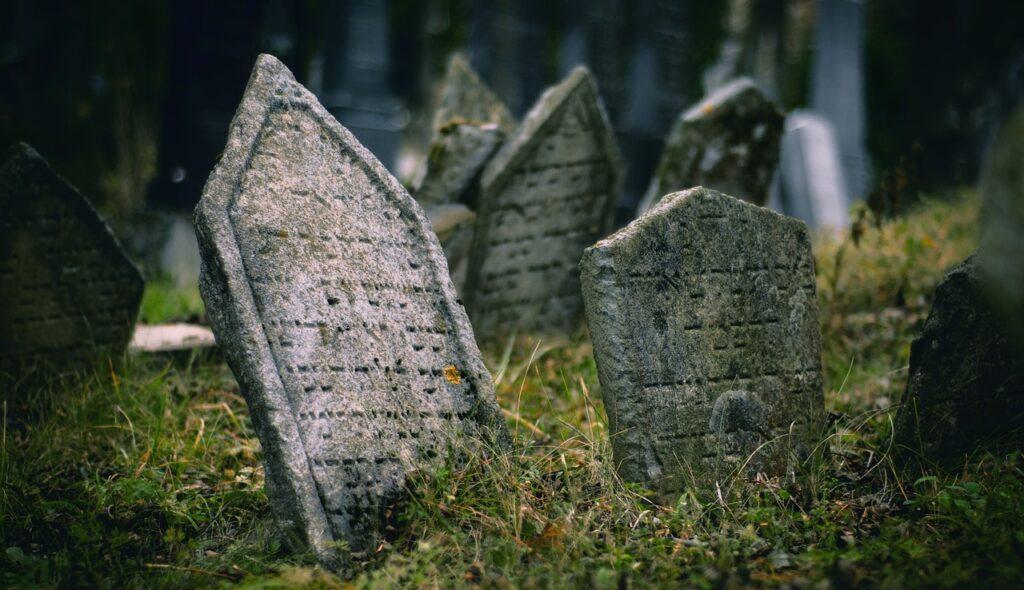 Alte Grabsteine. Ein ungeliebte Erinnerung ans Sterben.