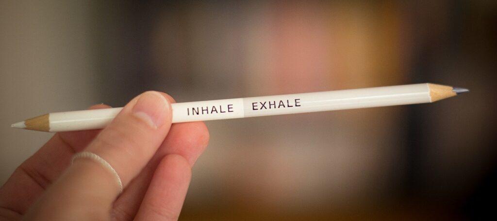 Ein beidseitig angespitzter Bleistift. Bedruckt mit Einatmen-Ausatmen.