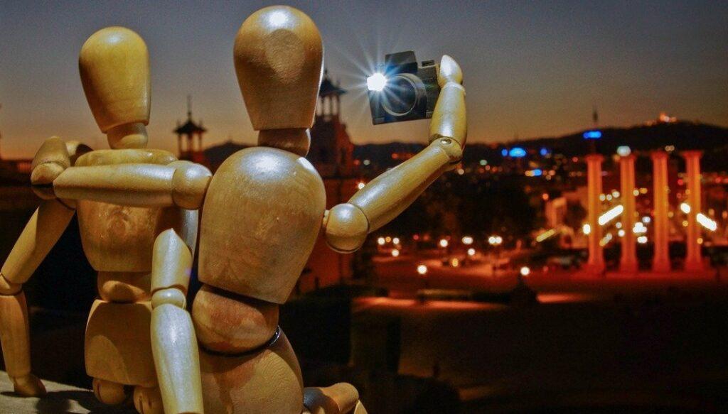 Zwei Puppen machen ein Selfi