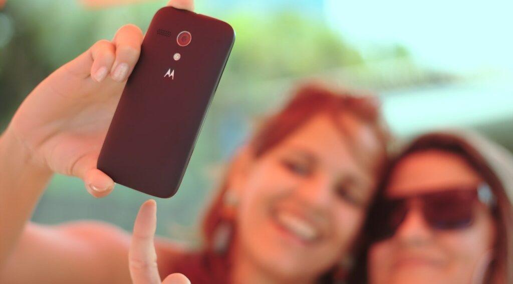 Zwei Mädchen beim Selfi