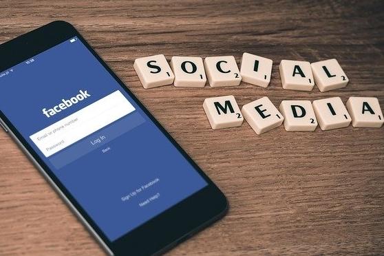 Handy mit Scrabble: Social Media